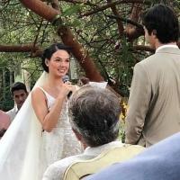 Casamento de Isis Valverde exalava cheiro de maconha, diz colunista