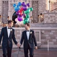 """Disney publica foto de casal gay no Castelo da Cinderela em seu perfil oficial no Instagram: """"Isso é amor"""""""